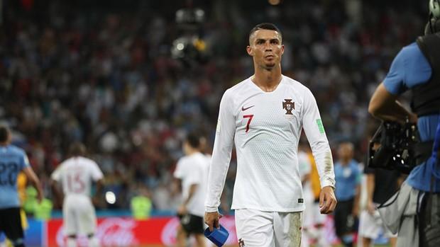Ronaldo lịch lãm và tươi cười ngày xách vali về nước - Ảnh 6.