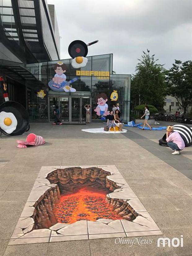 Triển lãm ngoài trời độc đáo chỉ có tại thành phố nóng nhất Hàn Quốc: Trứng rán, dép chảy nhựa đầy đường… kỷ niệm một mùa hè đáng ghét lại đến - Ảnh 3.