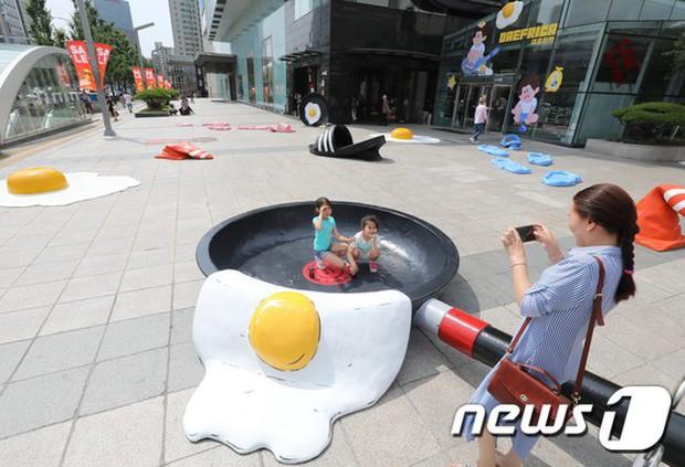 Triển lãm ngoài trời độc đáo chỉ có tại thành phố nóng nhất Hàn Quốc: Trứng rán, dép chảy nhựa đầy đường… kỷ niệm một mùa hè đáng ghét lại đến - Ảnh 8.