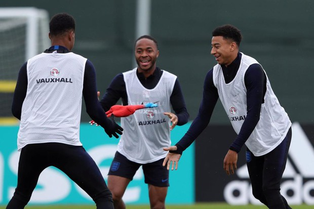 Tuyển Anh chơi chiêu độc: tập luyện với gà cao su trước trận bán kết - Ảnh 2.