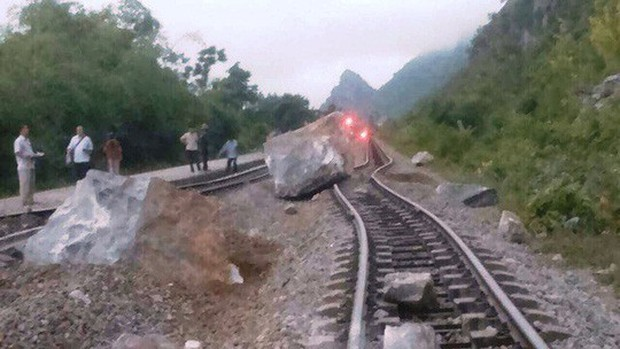 Mưa lớn, nhiều tảng đá trăm tấn rơi xuống chắn ngang đường sắt - Ảnh 3.