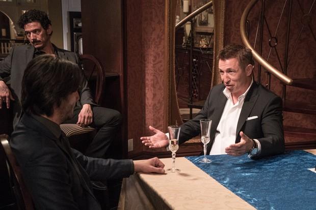 Buôn kim cương giả, Ông Kẹ Keanu Reeves lại còn dám bướng với mafia Nga - Ảnh 3.
