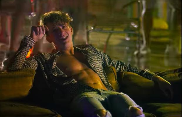 Không còn sến sẩm, Charlie Puth trở lại đẹp trai như xưa và khoe múi bụng gợi cảm trong MV mới - Ảnh 3.