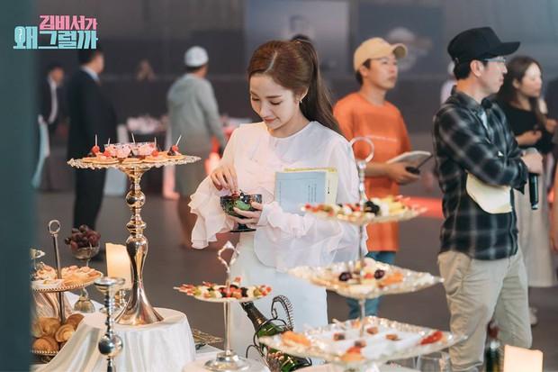 Hậu trường Thư Ký Kim: Quá bất ngờ với thứ đựng trong hộp quà Park Seo Joon mang ra đảo - Ảnh 17.