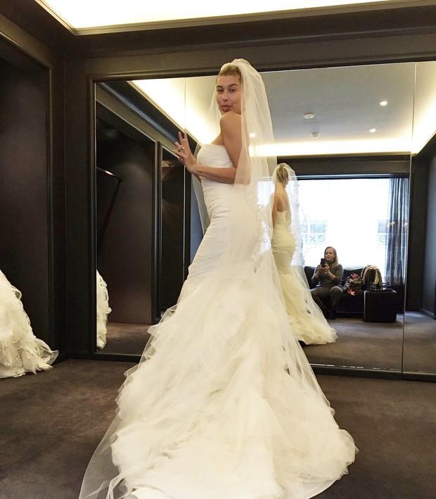 Rộ hình ảnh Hailey Baldwin thử váy cưới chỉ sau 3 ngày đính hôn với Justin Bieber và sự thật đằng sau - Ảnh 1.