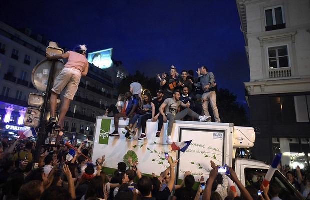 Dân Pháp đi bão mừng vé vào chung kết World Cup 2018 - Ảnh 6.
