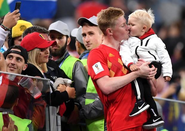 Sao tuyển Bỉ bình yên hôn con trai, dù thất bại trước cửa chung kết World Cup - Ảnh 1.