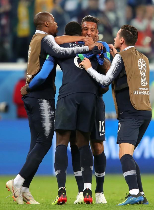 Bạn gái Pogba cười tươi hết cỡ, cùng CĐV Pháp mừng vé vào chung kết World Cup 2018 - Ảnh 8.