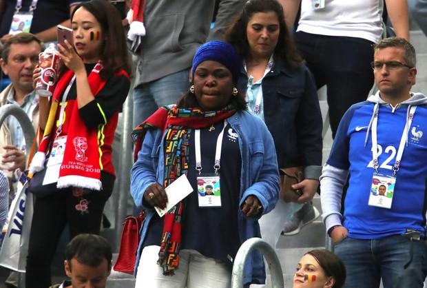 Bạn gái Pogba cười tươi hết cỡ, cùng CĐV Pháp mừng vé vào chung kết World Cup 2018 - Ảnh 2.