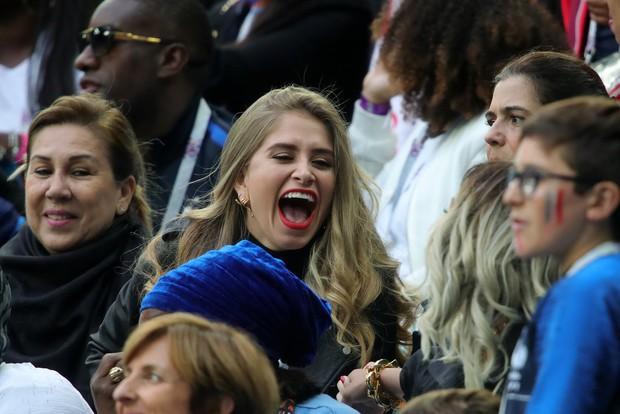 Bạn gái Pogba cười tươi hết cỡ, cùng CĐV Pháp mừng vé vào chung kết World Cup 2018 - Ảnh 4.