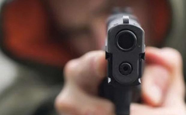 TP.HCM: Nam thanh niên uống thuốc sâu tự tử sau khi nổ súng bắn người, rút dao đâm trọng thương bạn gái - Ảnh 1.