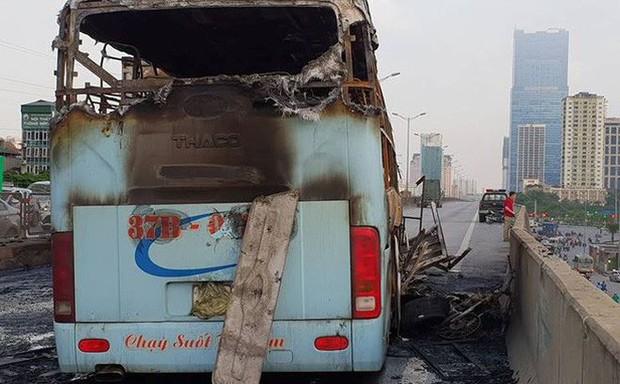 Hiện trường xe khách cháy rụi sau tai nạn trên đường vành đai 3 - Ảnh 1.