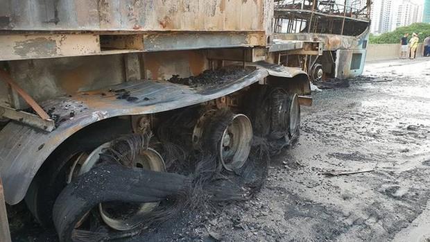Hiện trường xe khách cháy rụi sau tai nạn trên đường vành đai 3 - Ảnh 5.