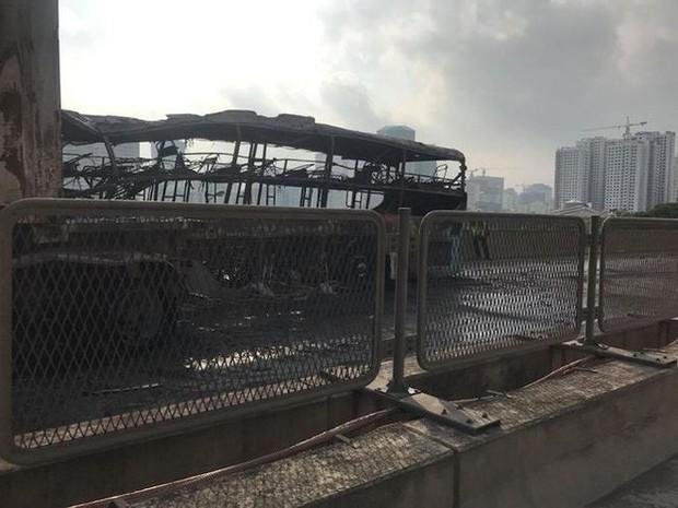 Hiện trường xe khách cháy rụi sau tai nạn trên đường vành đai 3 - Ảnh 8.