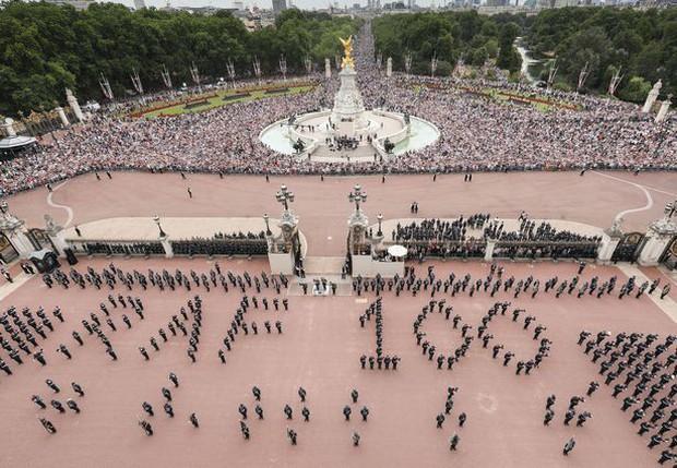 Các phi công Anh xếp chữ Its coming home khổng lồ trên bầu trời để cổ vũ đội nhà đá trận bán kết World Cup - Ảnh 6.