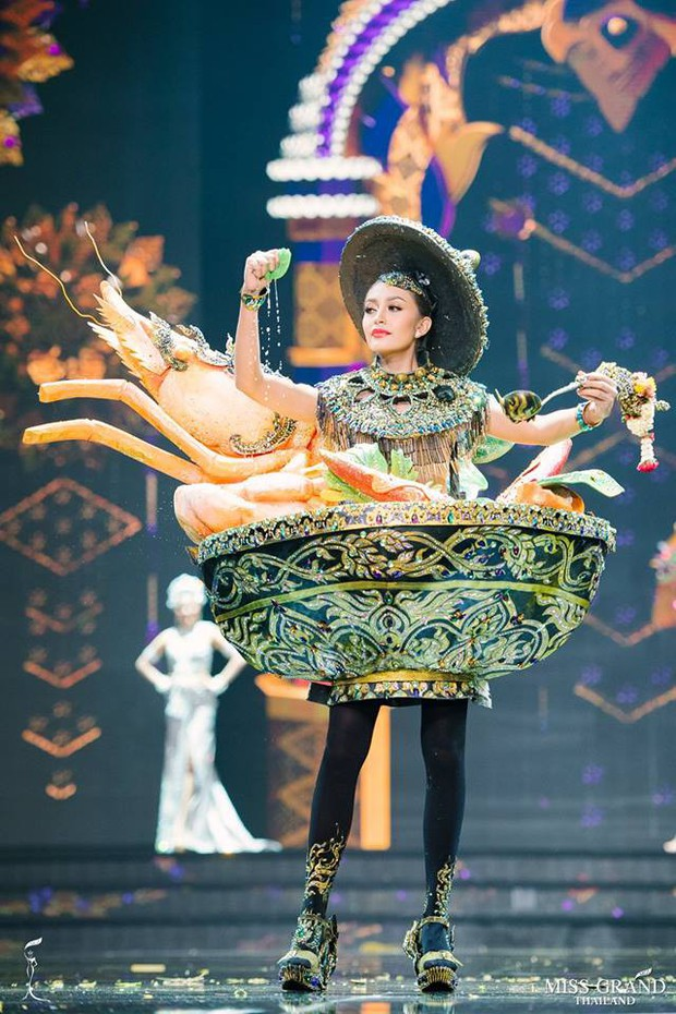 Dàn thí sinh Hoa hậu Hòa bình Thái Lan: Người cưỡi khủng long, kẻ biến thành tô tom yum chua cay trên sân khấu - Ảnh 3.