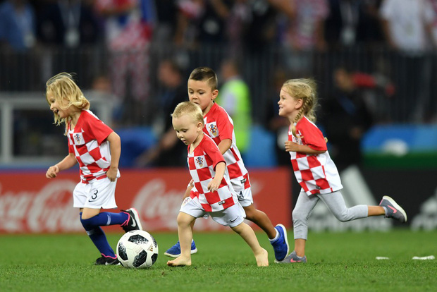 CĐV Croatia mừng phát điên khi đội nhà lần đầu tiên vào chung kết World Cup - Ảnh 13.
