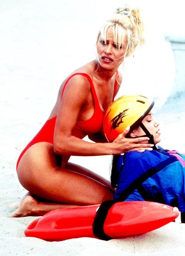 Nhan sắc màn ảnh một thời của quả bom sex 51 tuổi - bạn gái cầu thủ đội tuyển Pháp - Ảnh 6.