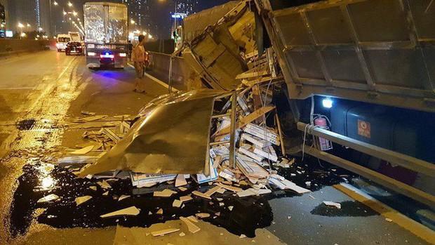 Hà Nội: Xe tải đâm vào dải phân cách gãy gập cabin, tài xế thoát chết trong gang tấc - Ảnh 2.