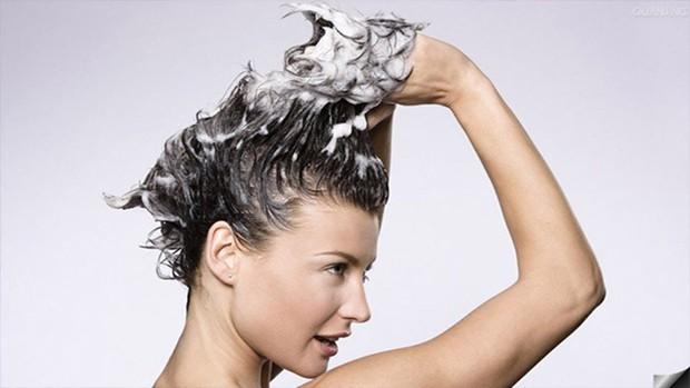 Những thói quen tưởng không hại ai ngờ hại không tưởng đến mái tóc chúng ta - Ảnh 4.