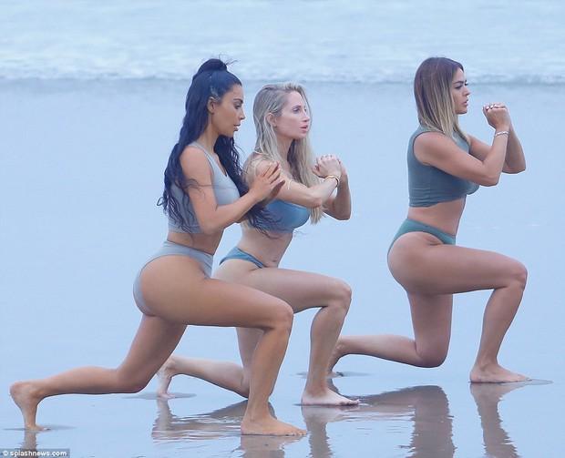 Đã là mẹ 3 con, Kim Kardashian vẫn cực bốc lửa khi khoe dáng trên bãi biển - Ảnh 2.