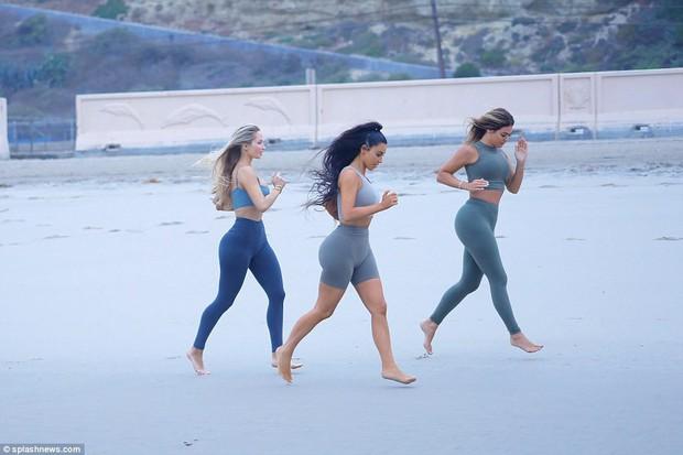 Đã là mẹ 3 con, Kim Kardashian vẫn cực bốc lửa khi khoe dáng trên bãi biển - Ảnh 7.