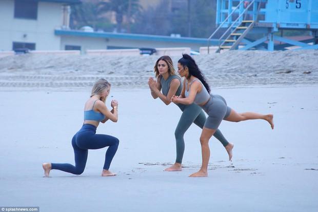 Đã là mẹ 3 con, Kim Kardashian vẫn cực bốc lửa khi khoe dáng trên bãi biển - Ảnh 10.