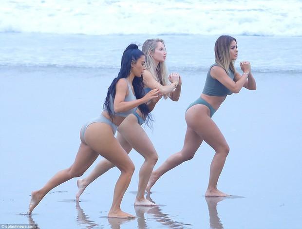 Đã là mẹ 3 con, Kim Kardashian vẫn cực bốc lửa khi khoe dáng trên bãi biển - Ảnh 4.