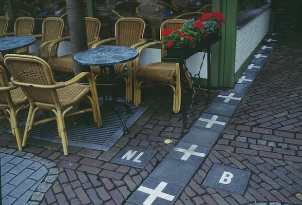 Đội tranh hạng ba World Cup có đường biên giới kỳ lạ nhất thế giới: xuyên qua một quán bar - Ảnh 4.