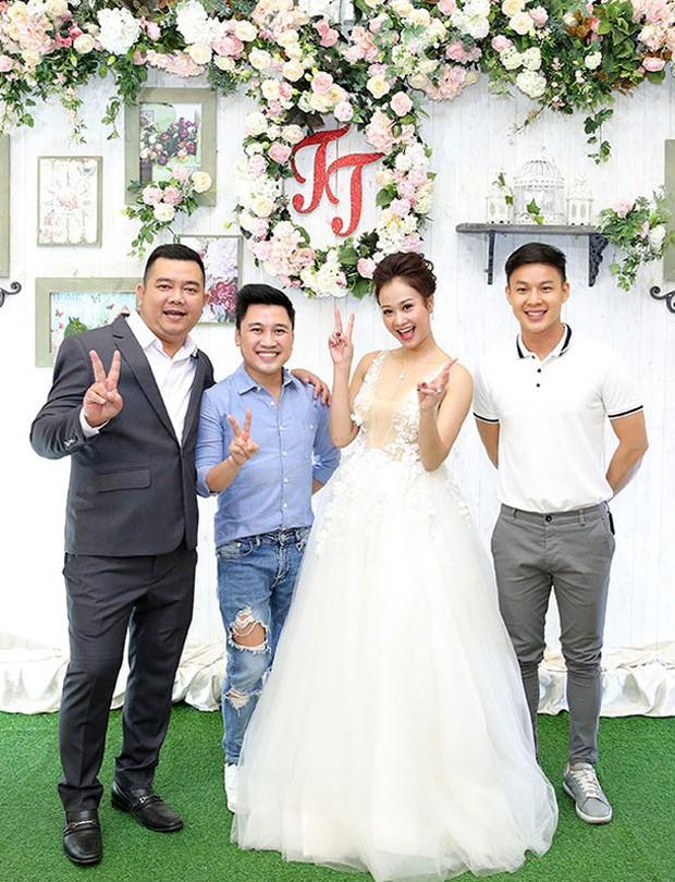 Mr Đàm cùng dàn nghệ sĩ đến chúc mừng đám cưới của Hà Thúy Anh với quản lý sau 3 năm yêu - Ảnh 8.