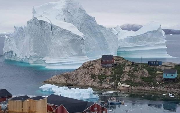 Đan Mạch sơ tán cả một ngôi làng do tảng băng khổng lồ trôi đến gần - Ảnh 1.