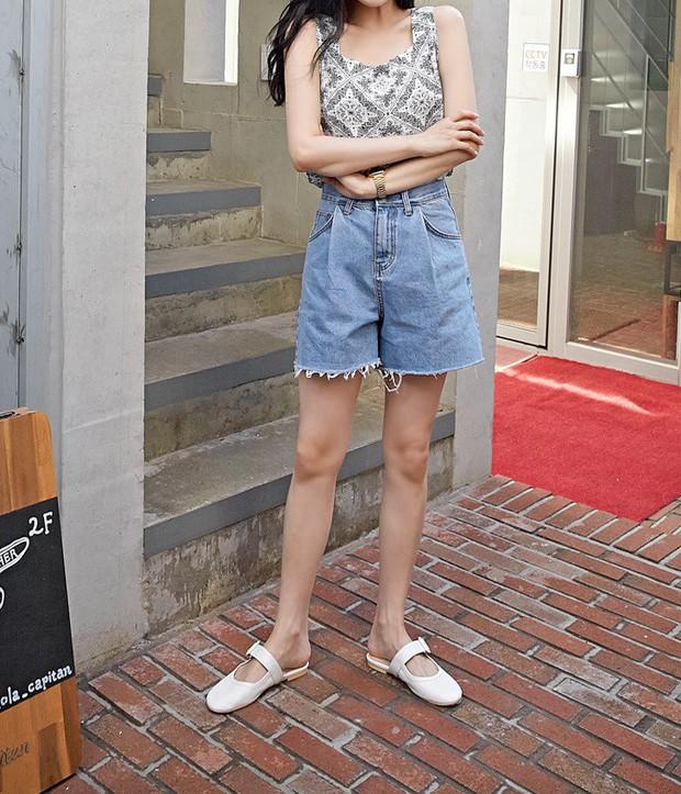 Tạm cất những chiếc shorts ngắn để kết thân với quần shorts dài vì diện lên thoải mái và nữ tính vô cùng - Ảnh 17.