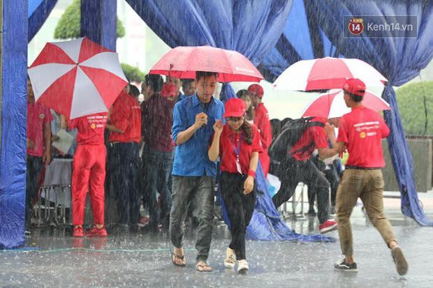 Gần 1.000 người đội mưa tham gia hiến máu trong ngày hội Giọt hồng tri ân và Hành trình Đỏ lần thứ VI - 2018 - Ảnh 3.