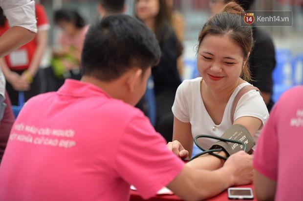 Gần 1.000 người đội mưa tham gia hiến máu trong ngày hội Giọt hồng tri ân và Hành trình Đỏ lần thứ VI - 2018 - Ảnh 4.