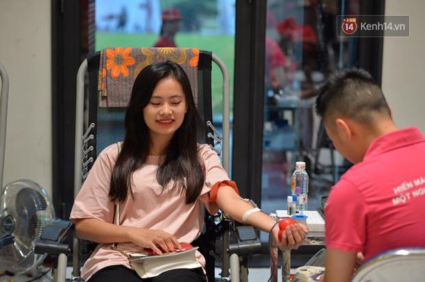 Gần 1.000 người đội mưa tham gia hiến máu trong ngày hội Giọt hồng tri ân và Hành trình Đỏ lần thứ VI - 2018 - Ảnh 8.