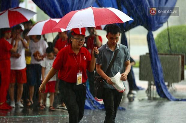 Gần 1.000 người đội mưa tham gia hiến máu trong ngày hội Giọt hồng tri ân và Hành trình Đỏ lần thứ VI - 2018 - Ảnh 2.