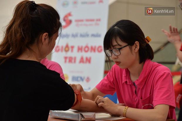 Gần 1.000 người đội mưa tham gia hiến máu trong ngày hội Giọt hồng tri ân và Hành trình Đỏ lần thứ VI - 2018 - Ảnh 6.