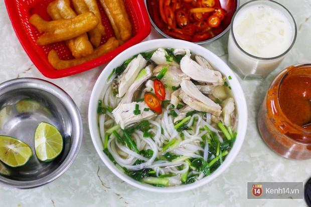 Hàng phở gà được đồn thổi là đắt bậc nhất Hà Nội: 60k/bát vẫn cực đông khách - Ảnh 1.