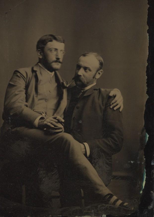Loạt ảnh anh em thân thiết thế kỷ 19: Choàng vai bá cổ quá thường, phải ngồi vào lòng, nắm chặt tay và nhìn nhau đắm đuối cơ! - Ảnh 1.