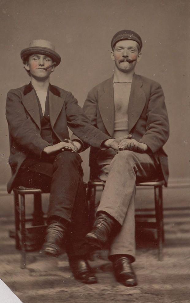 Loạt ảnh anh em thân thiết thế kỷ 19: Choàng vai bá cổ quá thường, phải ngồi vào lòng, nắm chặt tay và nhìn nhau đắm đuối cơ! - Ảnh 2.
