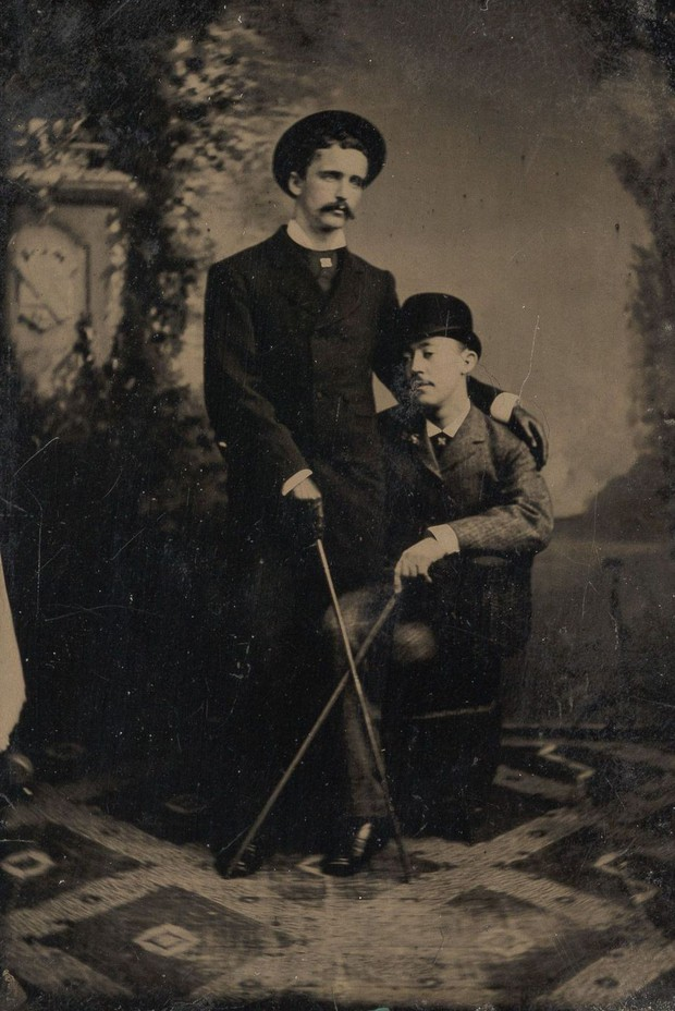 Loạt ảnh anh em thân thiết thế kỷ 19: Choàng vai bá cổ quá thường, phải ngồi vào lòng, nắm chặt tay và nhìn nhau đắm đuối cơ! - Ảnh 3.