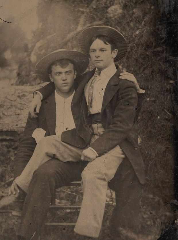 Loạt ảnh anh em thân thiết thế kỷ 19: Choàng vai bá cổ quá thường, phải ngồi vào lòng, nắm chặt tay và nhìn nhau đắm đuối cơ! - Ảnh 4.