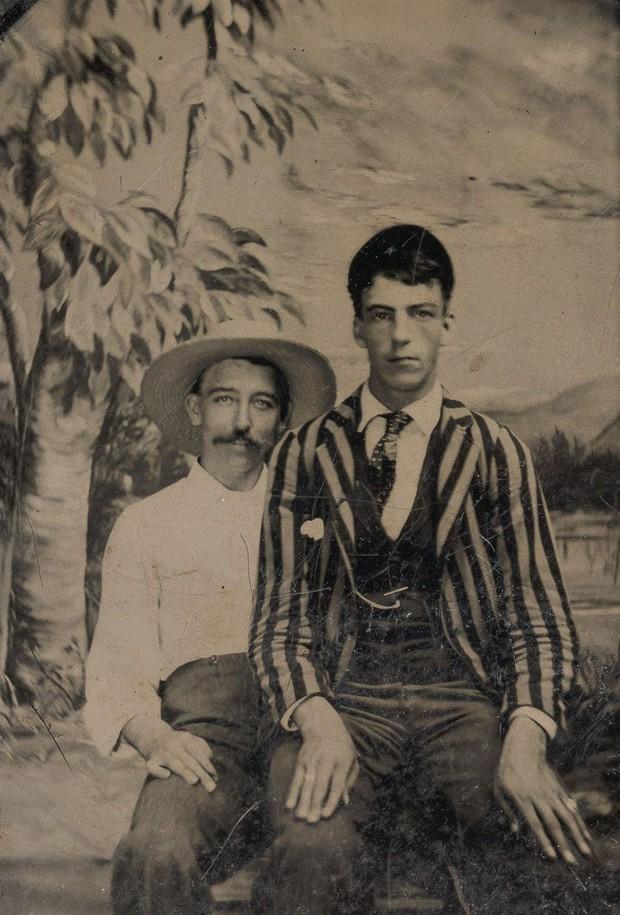 Loạt ảnh anh em thân thiết thế kỷ 19: Choàng vai bá cổ quá thường, phải ngồi vào lòng, nắm chặt tay và nhìn nhau đắm đuối cơ! - Ảnh 5.