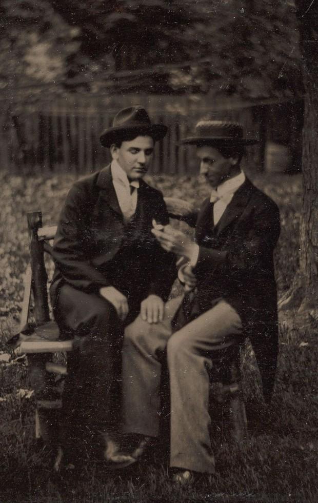 Loạt ảnh anh em thân thiết thế kỷ 19: Choàng vai bá cổ quá thường, phải ngồi vào lòng, nắm chặt tay và nhìn nhau đắm đuối cơ! - Ảnh 6.