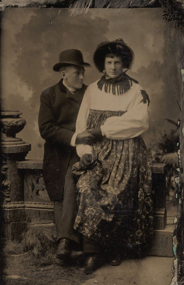 Loạt ảnh anh em thân thiết thế kỷ 19: Choàng vai bá cổ quá thường, phải ngồi vào lòng, nắm chặt tay và nhìn nhau đắm đuối cơ! - Ảnh 7.