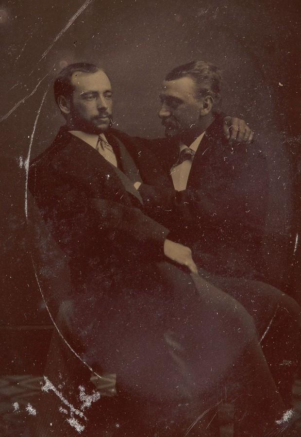 Loạt ảnh anh em thân thiết thế kỷ 19: Choàng vai bá cổ quá thường, phải ngồi vào lòng, nắm chặt tay và nhìn nhau đắm đuối cơ! - Ảnh 8.