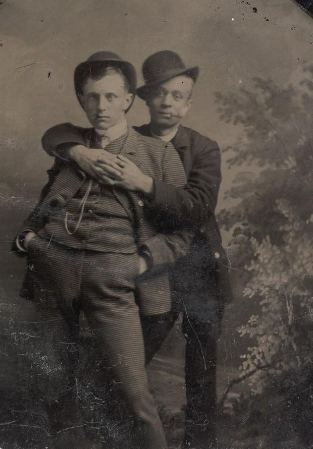 Loạt ảnh anh em thân thiết thế kỷ 19: Choàng vai bá cổ quá thường, phải ngồi vào lòng, nắm chặt tay và nhìn nhau đắm đuối cơ! - Ảnh 9.