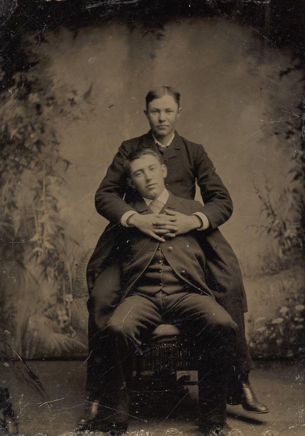 Loạt ảnh anh em thân thiết thế kỷ 19: Choàng vai bá cổ quá thường, phải ngồi vào lòng, nắm chặt tay và nhìn nhau đắm đuối cơ! - Ảnh 10.