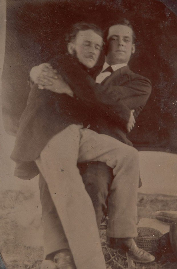 Loạt ảnh anh em thân thiết thế kỷ 19: Choàng vai bá cổ quá thường, phải ngồi vào lòng, nắm chặt tay và nhìn nhau đắm đuối cơ! - Ảnh 11.