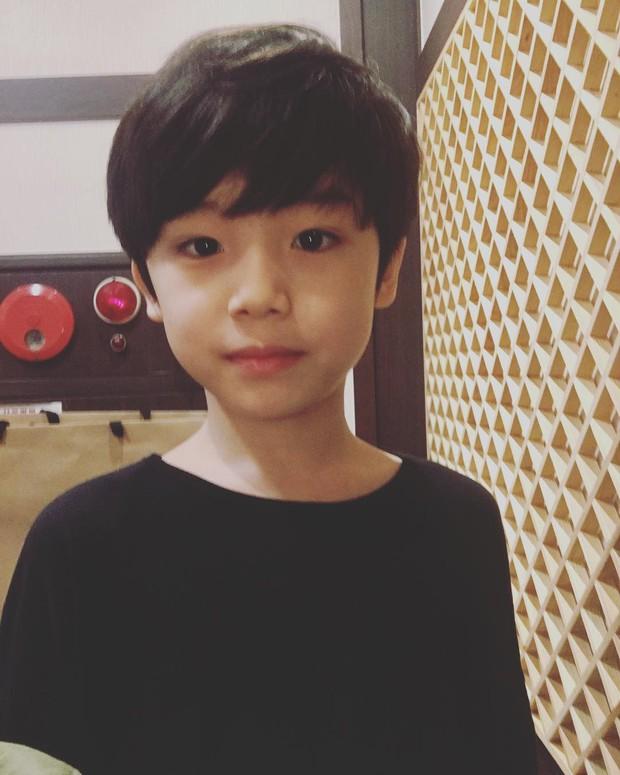 Sao nhí 9 tuổi của Thư ký Kim bỗng thành hiện tượng vì quá điển trai, tài năng: Nam thần tương lai đây rồi! - Ảnh 13.